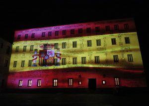 La bandera de España se proyecta durante las noches del puente de la Constitución en la fachada de las Cortes regionales
