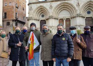 Un centenar de conquenses secundan a VOX y se reúnen frente al Ayuntamiento de Cuenca