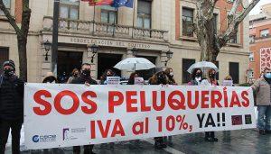 La asociación de peluquerías y centros de Estética de Guadalajara vuelve a concentrarse para pedir la bajada del IVA al 10%