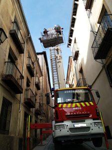 Los bomberos retiran varias tejas que presentaban riesgo de caída en la calle San Pedro de Cuenca