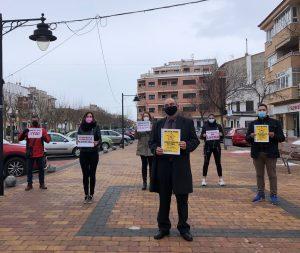 Los peluqueros de Cuenca salen a sus puertas para reclamar un IVA reducido como sector esencial
