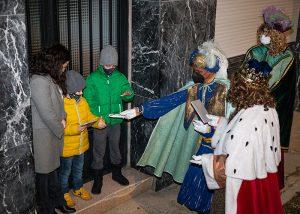Los Reyes Magos saludaron a los niños de Trillo y sus pedanías casa por casa, poniendo fin a una 'blanca' Navidad