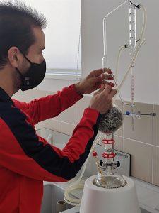 Un participante de UFIL trabaja en un proyecto para el destilado artesanal de esencias silvestres