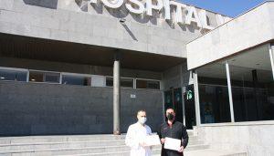 La Asociación Sonrisas vuelve a mostrar su solidaridad y dona una tablet para los niños de Pediatría del Hospital Virgen de la Luz