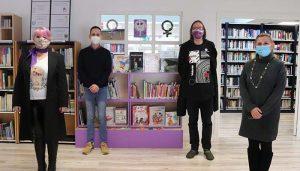 La Biblioteca de Cabanillas inaugura su «Estantería Violeta» de libros infantiles y juveniles