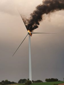 Impactante imagen de un molino del parque eólico de Villalba de Rey ardiendo tras la tormenta