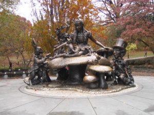 Guadalajara contará con una réplica de la escultura 'Alicia en el país de las maravillas' de José de Creeft, instalada en Nueva York en 1959