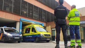 Dos agentes de la Policía Nacional salvan la vida de una mujer que sufrió una parada cardiaca a escasos metros de la Comisaría de Guadalajara