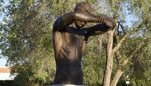 La escultura 'El abrazo vacío' ya forma parte de la historia y la memoria de Guadalajara en homenaje a la lucha contra el coronavirus