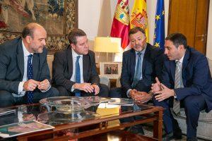 Page firma un convenio en materia de caminos y recibe el Proyecto de Singular Interés para el Parque Científico y Tecnológico de Economía Circular de Cuenca