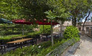 Podrás tomarte cañas en la caseta del guarda del parque de la Fuente de la Niña y el quiosco-bar del jardín de La Cotilla