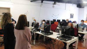 Seis mayores de 55 ya se reciclan en materia digital en el Centro Joven de Cabanillas con «Capacita TIC»