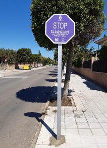 Cabanillas dice «STOP» a la violencia machista, con señales de tráfico en sus entradas