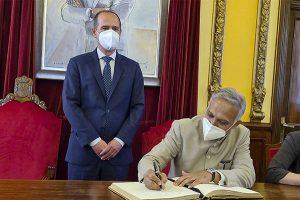 Rojo recibe al embajador de India en el ayuntamiento