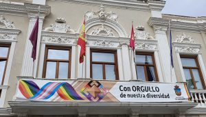 """VOX exige a Rojo """"la retirada inmediata de la bandera y lona que cuelgan de los balcones del Ayuntamiento de Guadalajara por vulnerar la Ley"""""""