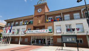 Las camisetas de peñas ya presiden la fachada consistorial de Cabanillas recordando «su semana»
