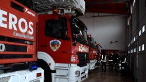 Los bomberos rescatan del tejado de su casa a una mujer en San Clemente que huía de un incendio