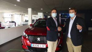 Auracar Automóviles entrega las llaves del Peugeot 2008 para su utilización por Invierte en Cuenca